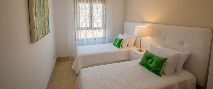 Luminous bedroom with a view at Horizon Golf